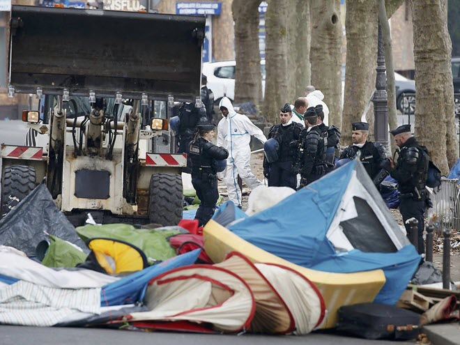 paris-police-accused-stealing-blankets-migrants-freezing-conditions